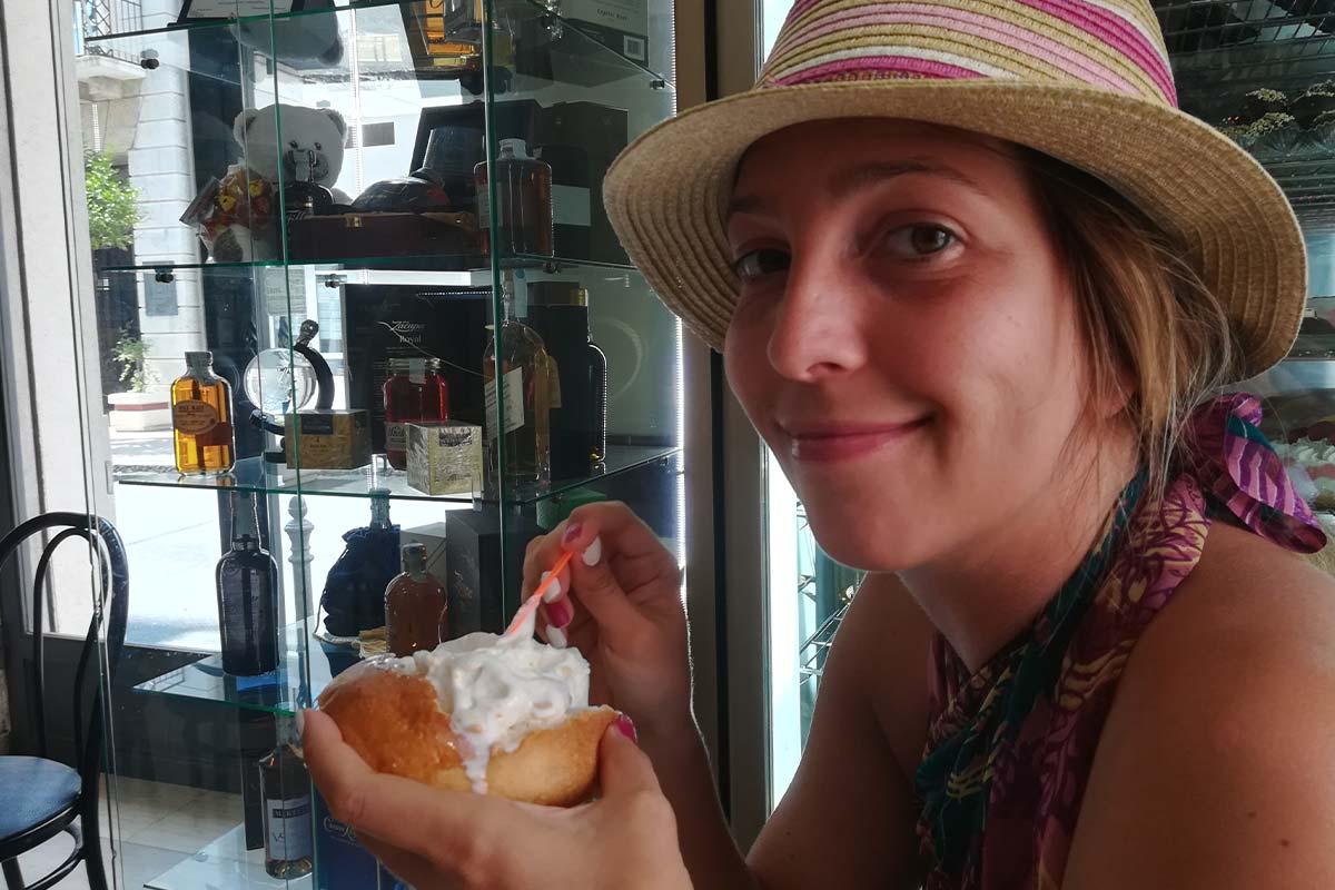 Leposava Rašković uživa u neodoljivom sicilijanskom specijalitetu – brioš – hleb sa sladoledom.