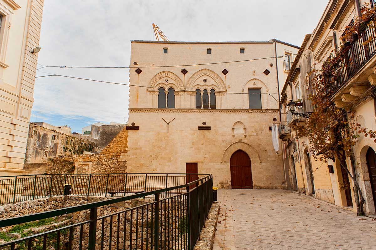 Palazzo Montalto i ruševine iz perioda antičke Grčke, u Ortiđi, Sirakuza-Sicilija.