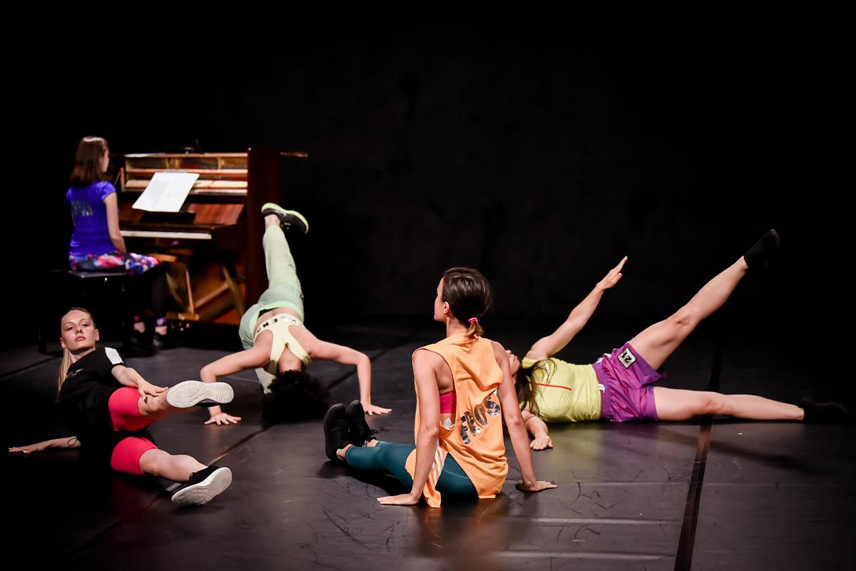Vežba za performans članova novosadske umetničke organizacije Per.Art.